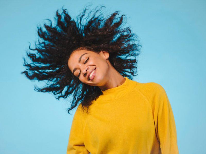 Comment faire pour s'occuper et entretenir les cheveux bouclés ou crépus ?
